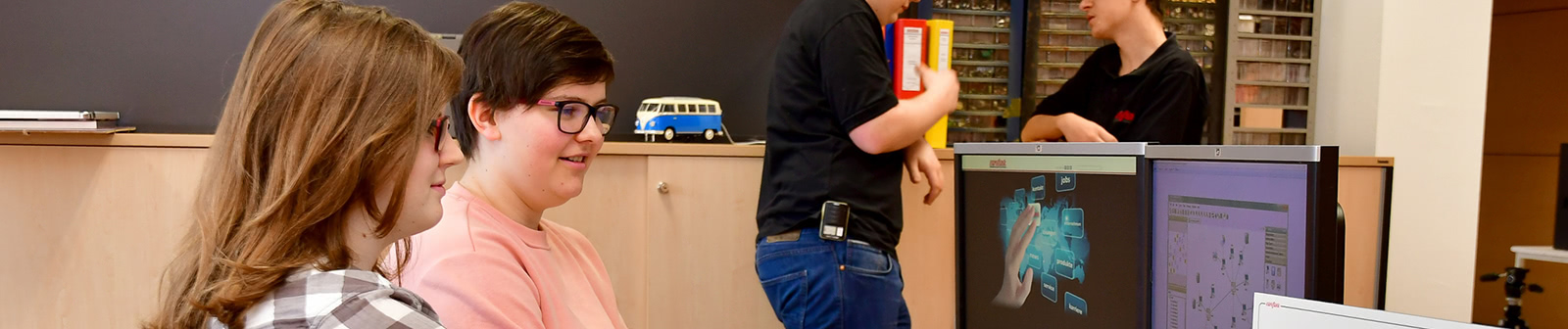 Elektrotechnik lehrlinge vor computer