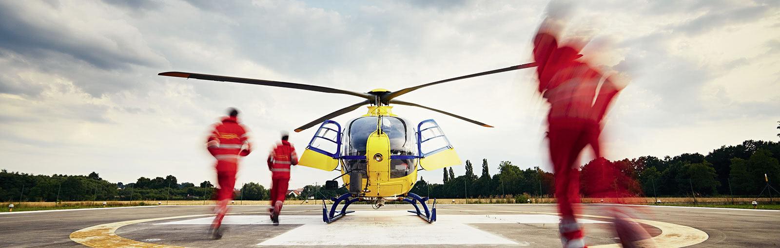 sanitäter laufen zu helikopter