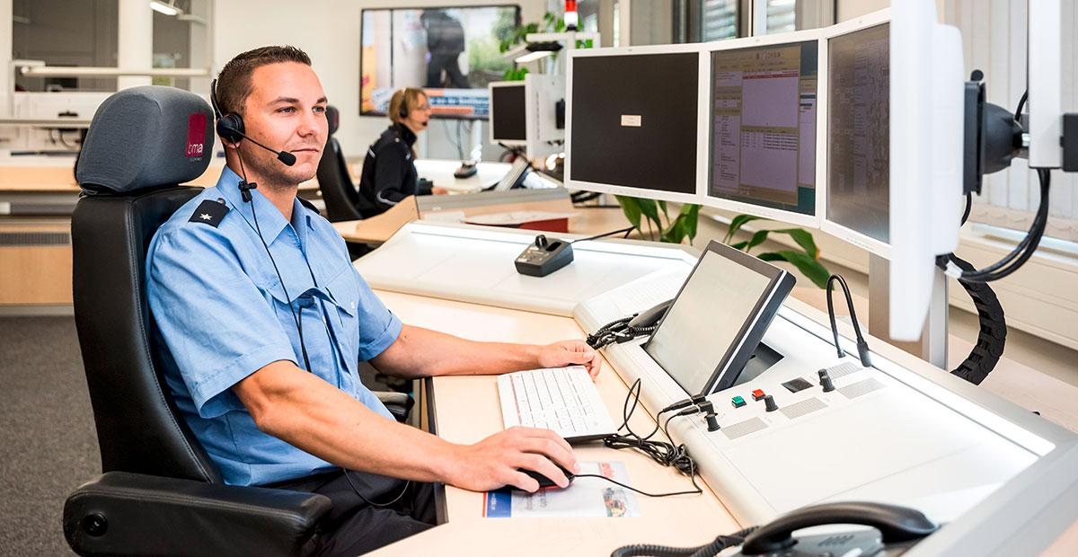polizist in kommandozentrale