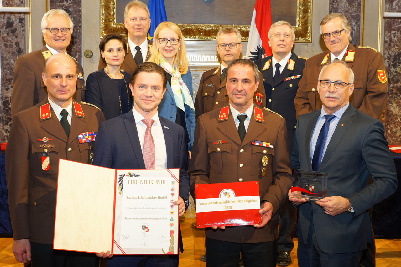 Kappacher mit Feuerwehrleuten bei der Verleihung des Feuerwehr freundlichen Betriebs abzeichens