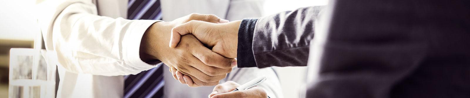 Header-Service-Handschütteln-Bueromitarbeiter