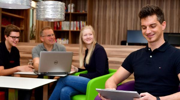 Lehrlinge mit Tablet und Laptop